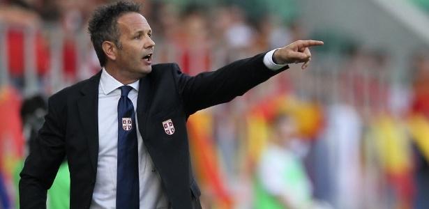 Mihajlovic implantou uma cartilha que obriga os jogadores a cantar o hino da Sériva