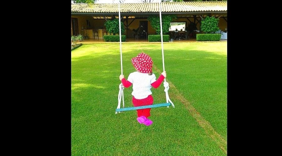 Ticiane Pinheiro divulgou imagem da filha Rafaella Justus sentanda em um balanço (28/5/12)