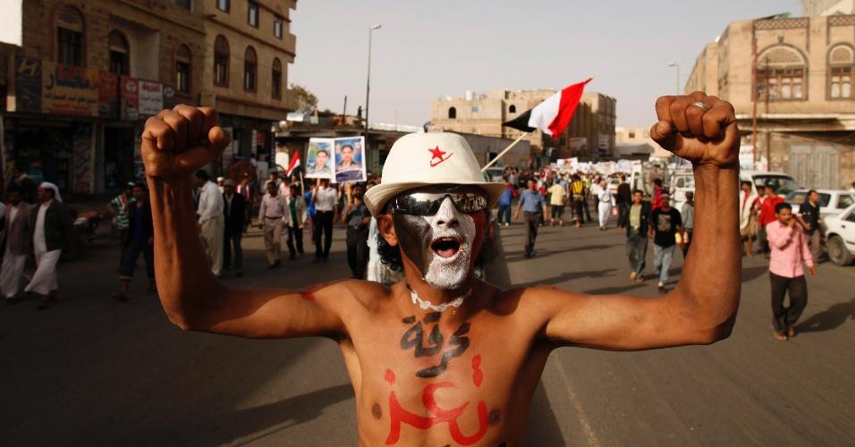 """29.mai.2012 - Manifestante participa de protesto em Sanaa, no Iêmen, no primeiro aniversário dos ataques das forças de segurança em um acampamento anti-governo na cidade iemenita de Taiz. No corpo do rapaz se lê: """"o holocausto em Taiz"""""""