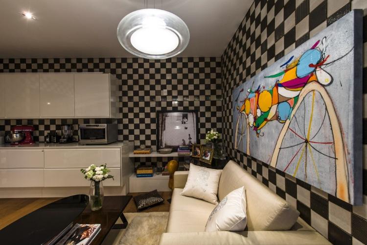 """A Copa da 26ª Casa Cor SP, projetada pela designer de interiores Isabela Lima, é um ambiente dedicado à mulher que tem tripla jornada - profissional, mãe e esposa. Por atender a uma personalidade versátil, o ambiente quer também ser """"mutável"""" e combina estampas florais e um padrão quadriculado nas paredes"""