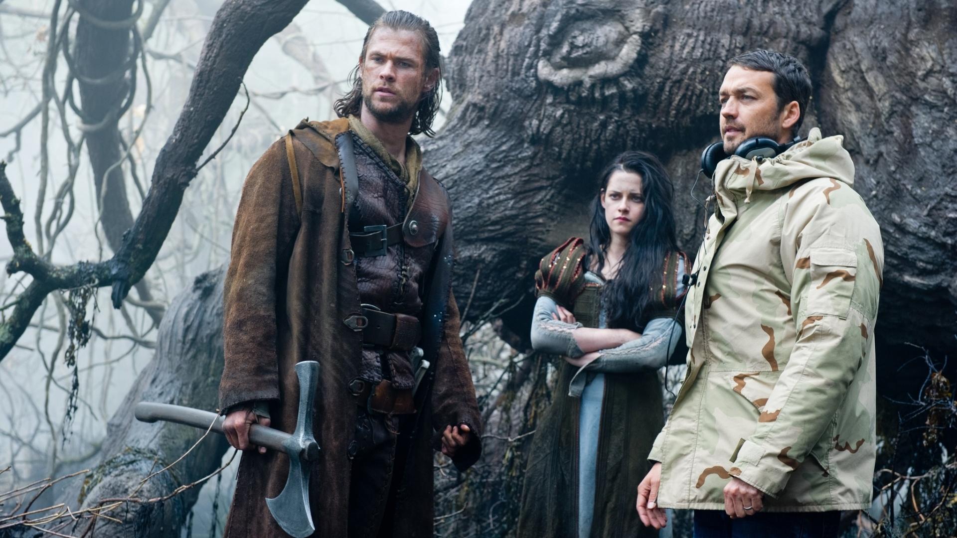 Chris Hemsworth, Kristen Stewart e o diretor Rupert Sanders durante as filmagens de