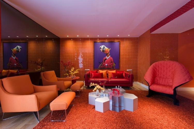 No Living Sabrina Sato, projetado para a Casa Cor SP 2012 pela arquiteta Bunete Fraccaroli, as cores vibrantes se espalham, com destaque para a uma mesa central de 14 m de comprimento, além de poltronas e quadros que levam tons de laranja e vermelho. Da alemã Kare, o quadro - bem-humorado - da foto mostra um cavalo vestindo kimono