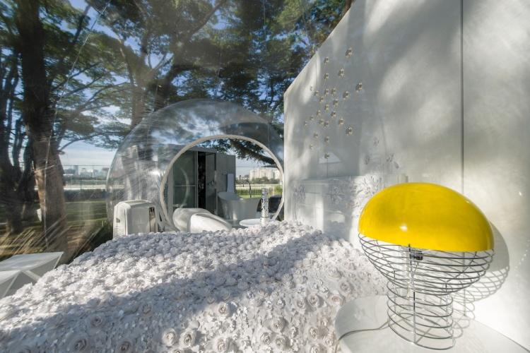 O arquiteto e designer Léo Shehtman projetou para a Casa Cor SP 2012 o Loft Bolha, um espaço minimalista baseado nos conceitos de arquitetura efêmera, que se adapta a qualquer ambiente. A loft articula living, dormitório e sanitário, em uma estrutura itinerante, coberta por uma lona cristal transparente inflável