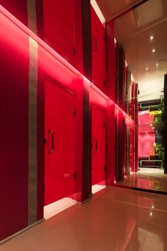O arquiteto Rafael Del Persio Junior traz as discotecas dos anos 70 para dentro do Lavabo Social na Casa Cor SP 2012. As referências à moda da década estão nos globos de luz e em nas listras e pontos brilhantes nas paredes dos sanitários feminino e masculino