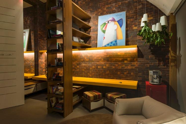 O Home Office, criado para a Casa Cor SP 2012 pelas arquitetas Agnes Manso e Alice Miglorancia, mistura tijolinhos, cores vibrantes na parede e obras de arte. Revestida em fórmica brilhante, a porta imita uma folha de fichário e serve como lousa de anotações e recados