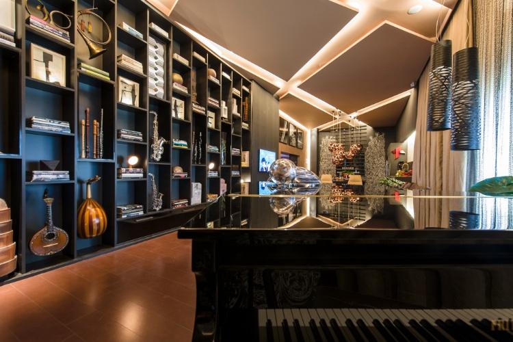 O Studio do Pianista, criado pela arquiteta Denise Barreto para a Casa Cor SP 2012, têm espaços integrados e atemporais projetados para uma pessoa. A cozinha gourmet, o ?coração do estúdio?, tem um jogo de luminárias em cobre, pendentes sobre a mesa