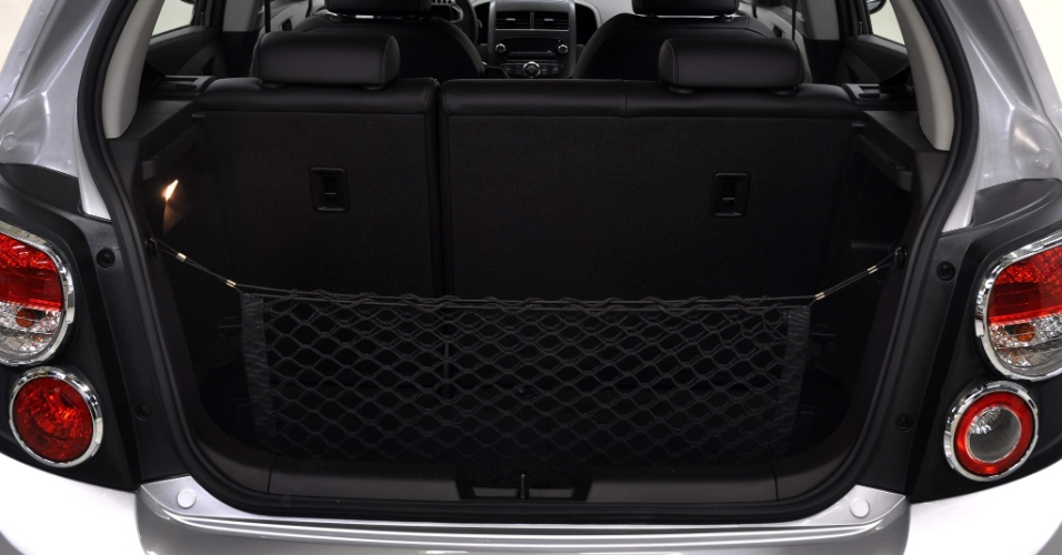 Porta-malas do Sonic hatch comporta 265 litros e tem boa abertura (foto). No sedã, capacidade sobe para 477 litros, mas boca do compartimento é estreita