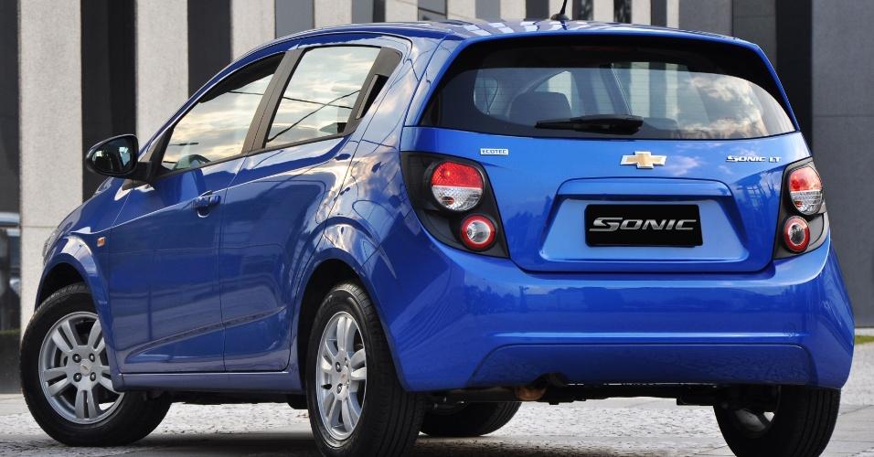 Sonic radicaliza ideia da atual identidade visual da Chevrolet e alterna traços retilíneos e círculos, cortes abruptos e linhas que se interrompem para formar volumes da carroceria