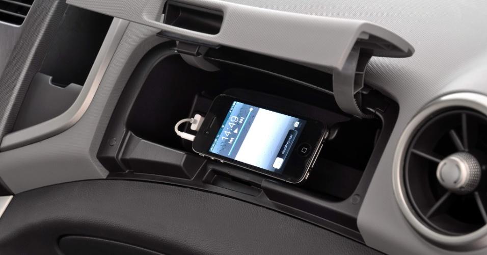 Sonic tem dois porta-luvas. O menor abriga portas de conectividade, como a USB, compatível com MP3 Players/iPod/iPhone; configurações mais caras podem contar ainda com conexão Bluetooth