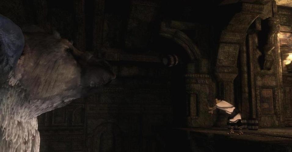 """Um garoto e uma criatura fantástica se unem para sobreviver em um mundo desolado e hostil em """"The Last Guardian"""", para PS3."""