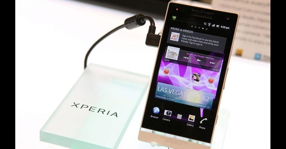 11.jan.2012 - A divisão de celulares da Sony lançou na CES 2012 o mais avançado smartphone da linha Xperia: o Xperia S. O aparelho chama a atenção pelo design e pelas duas câmeras (uma traseira de 12 megapixels e uma frontal, que a empresa apenas informa que grava vídeos em 720p, resolução HD). Os consumidores americanos que quiserem o aparelho, que tem tela de 4,3 polegadas, deverão esperar até março, quando a empresa informou que iniciará a comercialização