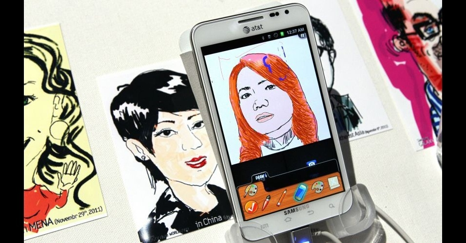 11.jan.2012 - A Samsung levou para a CES 2012 o smartphone Galaxy Note, apresentado durante a IFA 2011, feira de tecnologia realizada na Alemanha. O aparelho, que tem uma tela gigantesca de 5,3 polegadas (&#233; quase um tablet), conta com um processador dual-core de 1,5 Ghz e uma c&#226;mera traseira de 8 megapixels