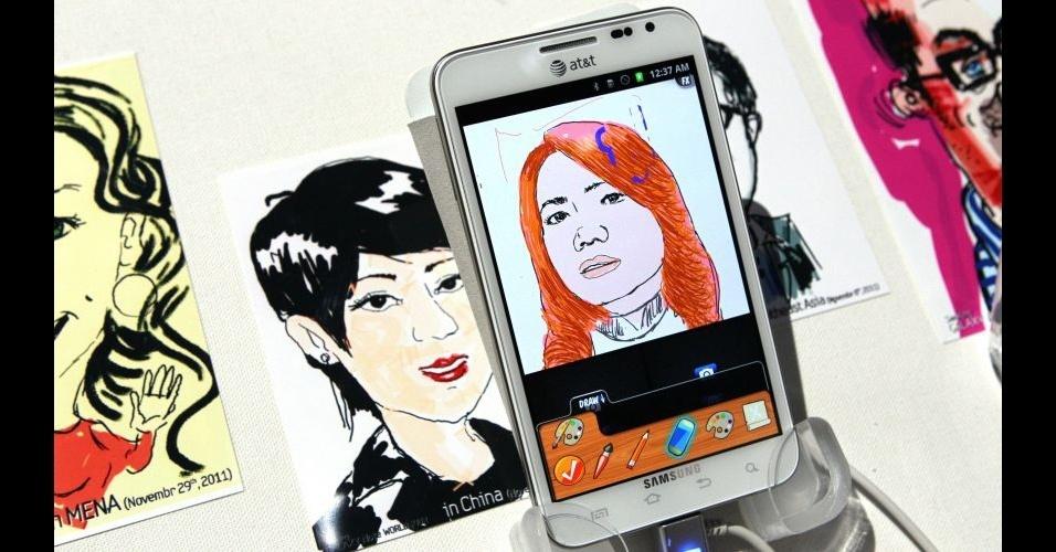 11.jan.2012 - A Samsung levou para a CES 2012 o smartphone Galaxy Note, apresentado durante a IFA 2011, feira de tecnologia realizada na Alemanha. O aparelho, que tem uma tela gigantesca de 5,3 polegadas (é quase um tablet), conta com um processador dual-core de 1,5 Ghz e uma câmera traseira de 8 megapixels