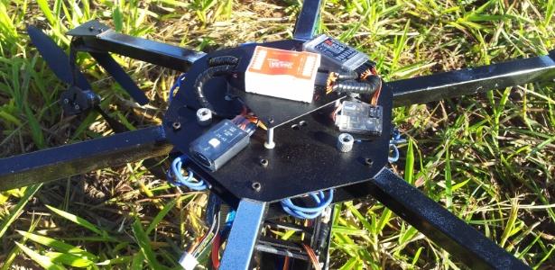 artefato-voador-transportando-celulares-e-encontrado-pela-policia-em-presidente-venceslau-sp-1338393063558_615x300.jpg