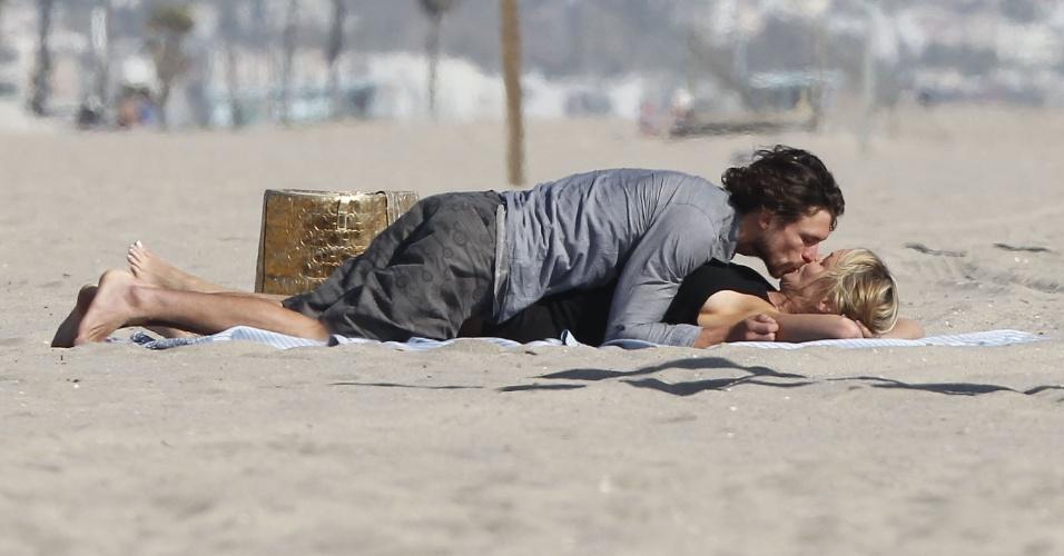 Atriz Sharon Stone e o modelo argentino Martin Mica trocam beijos e carícias em Venice Beach, na Califórnia (29/5/12)