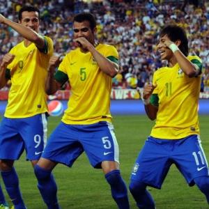 : Neymar (d) comemora após abrir o placar em amistoso contra os EUA
