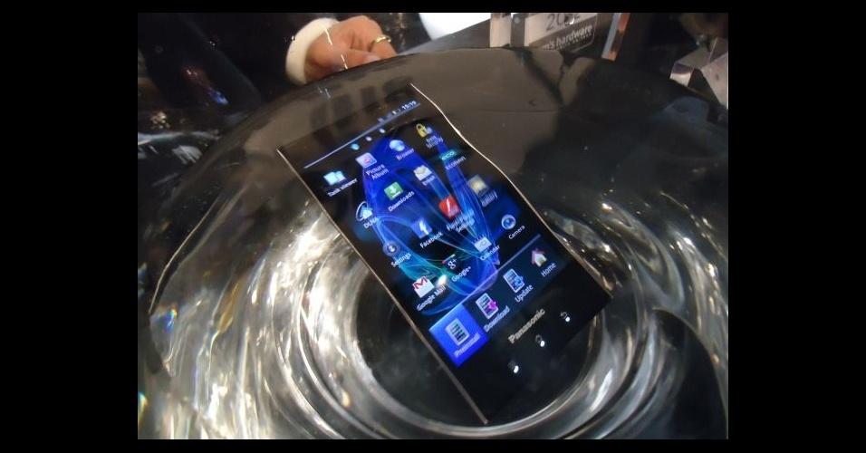 28.fev.2012 - Com tela de 4,3 polegadas OLED, sistema operacional Android Gingerbread e apenas 103 gramas, o Eluga resiste à água e à poeira. Segundo a Panasonic, ele pode ficar embaixo d'água por até 30 minutos. Preço e data de lançamento não foram divulgados. O modelo foi apresentado no Mobile World Congress, em Barcelona (Espanha)
