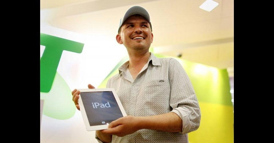 15.mar.2012 - David Tarasenko posa com o novo iPad adquirido em Apple Store de Sydney, na Austrália. Consumidor foi o primeiro a comprar o tablet da Apple na loja