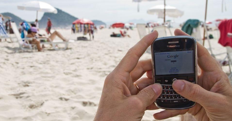 6.jan.2012 - De férias, mas conectado: o turista belga Jorn Lambert, 40, pesquisa no Google informações sobre a praia de Copacabana, no Rio de Janeiro (RJ). Lá, o sinal de internet wireless é ofertado gratuitamente em toda a orla desde 2009