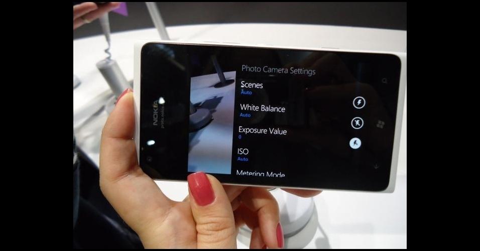 28.fev.2012 - Entre os novos modelos com Windows Phone anunciados no Mobile World Congress está o Nokia Lumia 610, que será vendido por 190 euros (cerca de R$ 435) nas cores preta, azul, magenta e branca. Este é o modelo mais barato da Nokia com Windows Phone