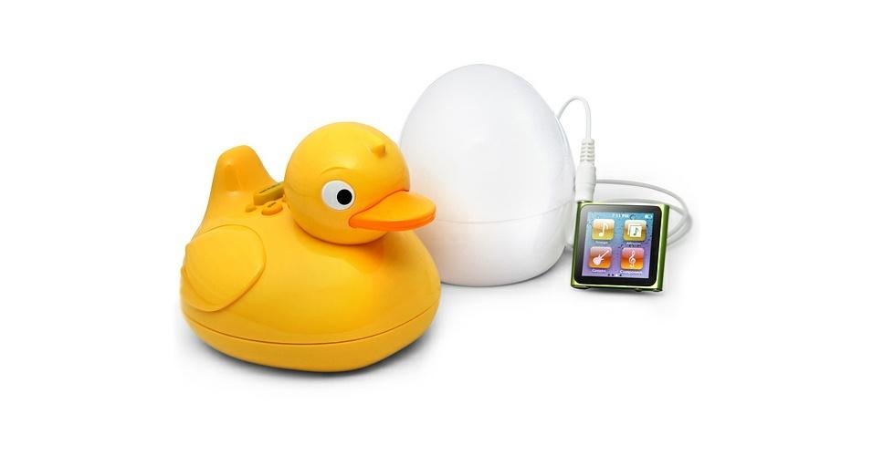 19.mai.2012 - Esse patinho de borracha pode parecer um mero brinquedo, mas funciona como MP3 Player. O iDuck pode ser levado para a banheira (o fabricante garante que o revestimento especial evita riscos de o gadget eletrocutar quem o utiliza no banho). O ovo que acompanha o pato funciona como um transmissor do som (em um raio de 10 metros) e pode ser ligado a qualquer dispositivo que use conector de 3.5 mm. Do Think Geek, US$ 29,99