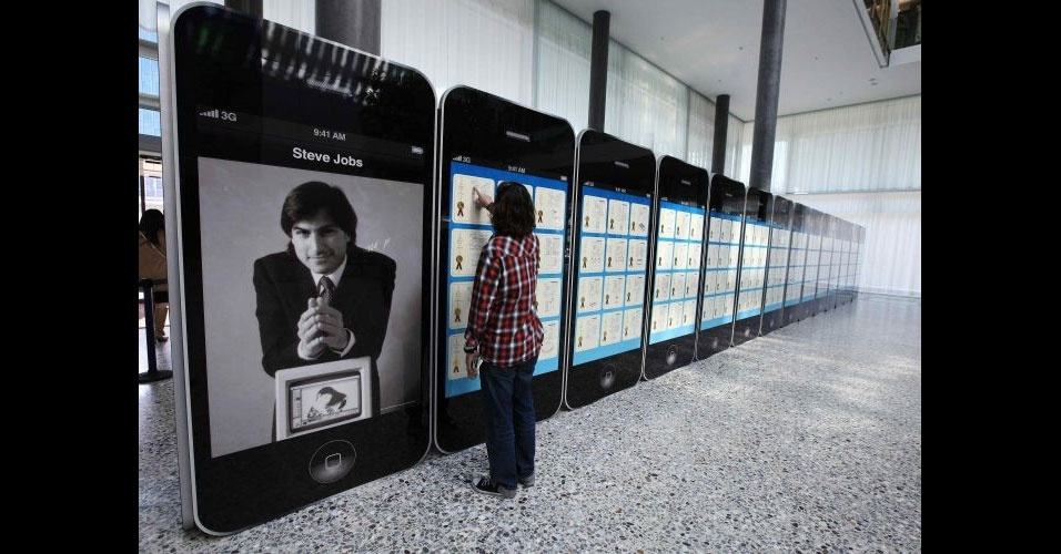 29.mar.2012 - Patentes da Apple s&#227;o expostas na sede da Wipo (organiza&#231;&#227;o mundial da propriedade intelectual, na sigla em ingl&#234;s) em Genebra, na Su&#237;&#231;a. A exibi&#231;&#227;o &#34;Patentes e marcas de Steve Jobs: arte e tecnologia que mudaram o mundo&#34; re&#250;ne 317 patentes, incluindo aquelas registradas para produtos como iMac, iPhone, iPad e MacBook. O evento ser&#225; realizado at&#233; dia 26 de abril 