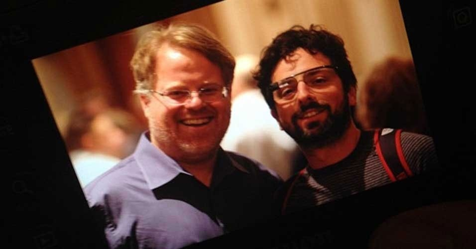 4.abr.2012 - Sergey Brin (dir), cofundador do Google, apareceu em uma foto nesta semana usando aqueles que seriam os Google Glasses -- acess&#243;rio que exibe informa&#231;&#245;es da internet pra o usu&#225;rio. A foto acima foi divulgada pelo blogueiro Robert Scoble (esq), que encontrou com Brin durante um evento em San Francisco. Scoble afirmou que o bilion&#225;rio n&#227;o o deixou experimentar os &#243;culos, mas disse que o acess&#243;rio parece ser bastante leve