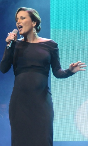Grávida de oito meses do segundo filho, Claudia Leitte canta em evento beneficente em prol de pessoas com câncer de mama, em São Paulo (29/5/12)