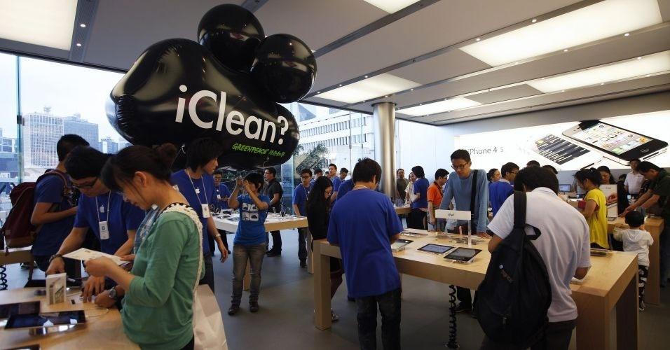 """25.abril.2012 - Ativistas do Greenpeace levam balão gigante com a palavra """"iClean"""" para dentro de uma loja da Apple em Hong Kong como forma de protesto. A ação faz parte de uma campanha da entidade chamada """"Clean our Cloud"""" (Limpe nossa nuvem, em tradução literal) para que as empresas passem a utilizar energia renovável em seus data centers em vez de fontes baseadas em carvão"""