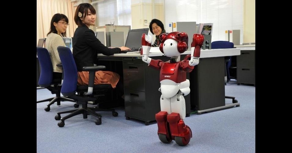 22.fev.2012 - A empresa japonesa Hitachi apresentou uma nova versão de seu robô, o EMIEW 2. A máquina de 80 cm pode circular por escritórios na mesma velocidade que humanos e guiar pessoas dentro do ambiente corporativo