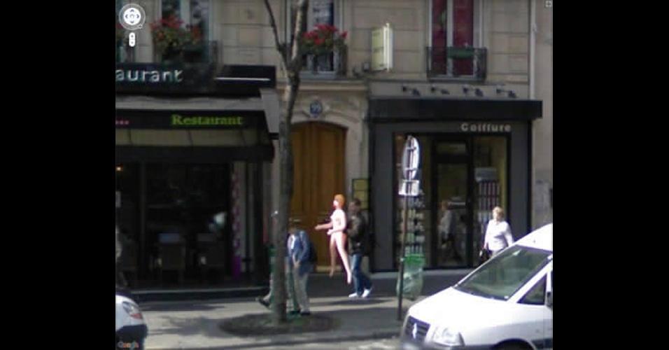 Homem carrega boneca inflável e é flagrado no Street View