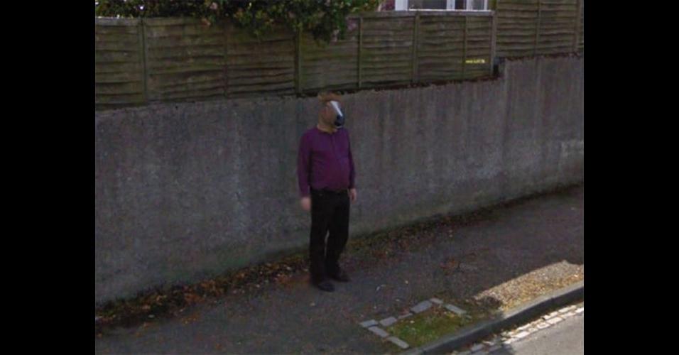 Homem com cara de cavalo no Street View