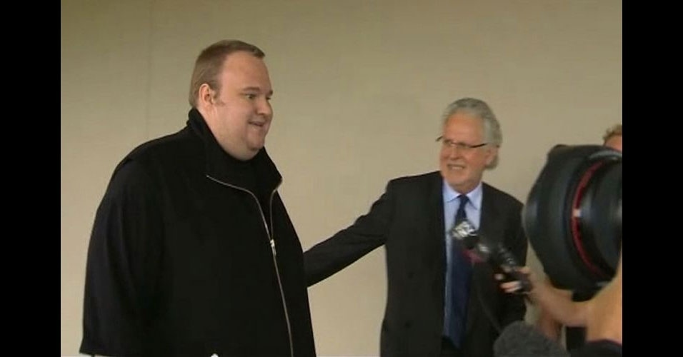 22.fev.2012 - O fundador do site Megaupload, Kim ''Dotcom'', deixou a prisão após pagar fiança. Ele ficou um mês detido, após o FBI fechar seu site sob acusação de pirataria. A imagem acima foi tirada de um vídeo