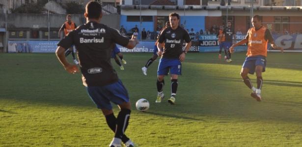 Kleber volta a trabalhar normalmente no Grêmio após 66 dias afastado por lesão