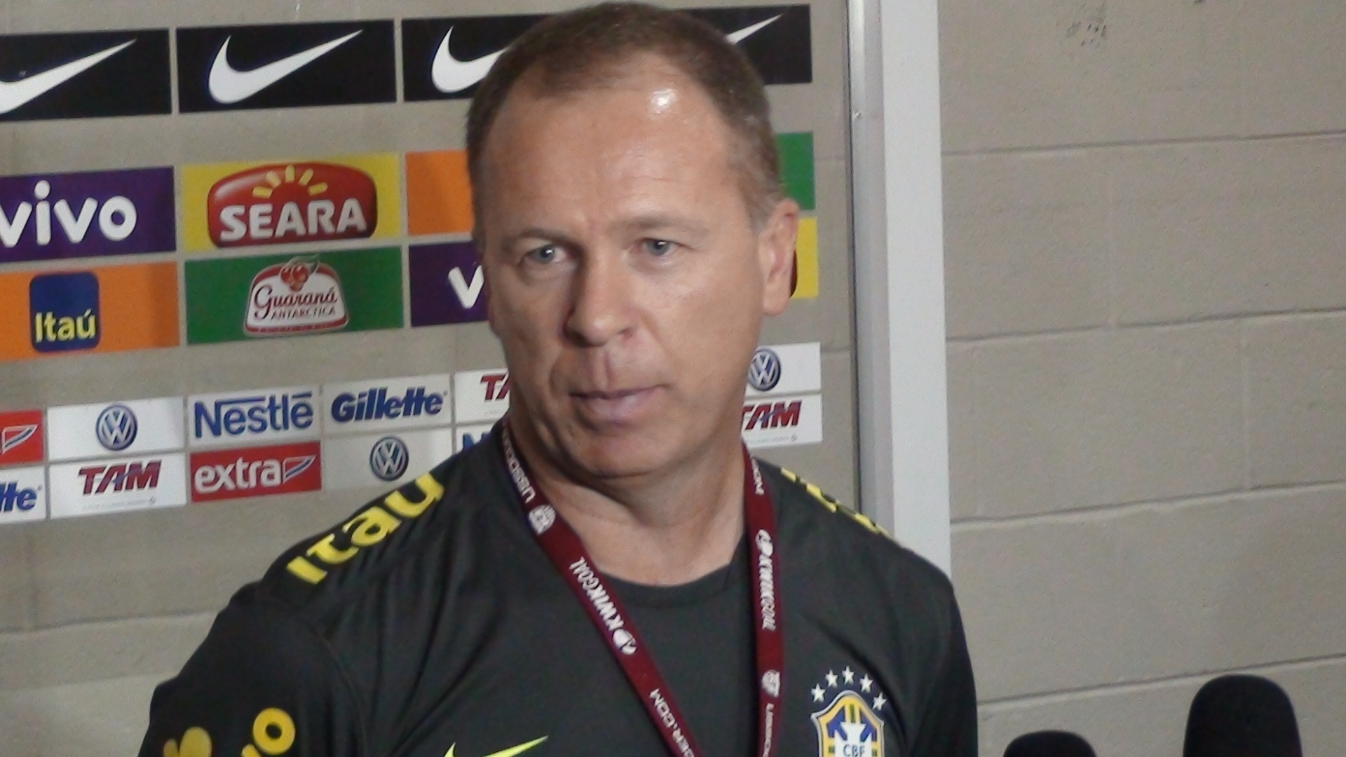 Mano Menezes concede entrevista no estádio FedEx, após treino á véspera da partida contra os EUA