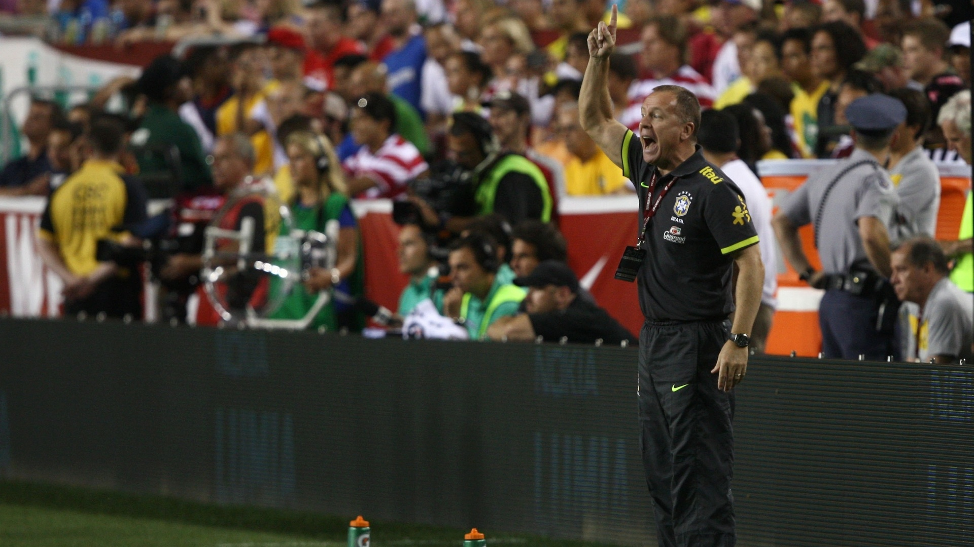Mano Menezes orienta os jogadores da seleção brasileira durante a goleada por 4 a 1 sobre os EUA em amistoso