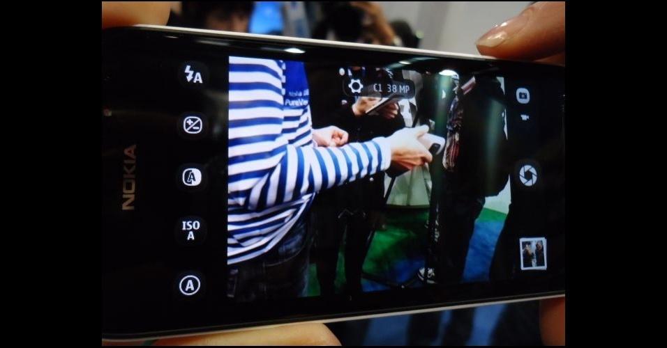 28.fev.2012 - Nokia 808 PureView tem câmera de 41 megapixels de resolução. Apesar das fotos com altíssima resolução, o aparelho traz o sistema operacional Symbian, que já foi preterido na própria Nokia pelo Windows Phone