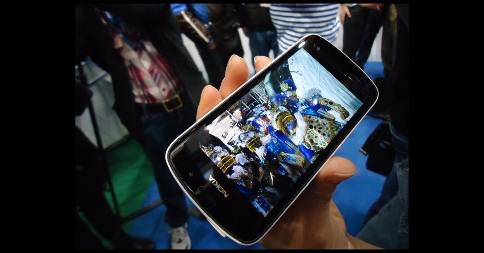28.fev.2012 - Nokia 808 PureView tem câmera de 41 megapixels de resolução. Apesar das fotos com altíssima resolução, o aparelho traz o sistema operacional Symbian, que já foi preterido na própria Nokia pelo Windows Phone. O modelo foi apresentado no Mobile World Congress, em Barcelona (Espanha)