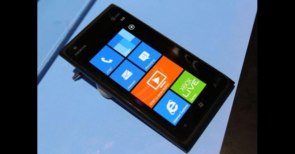 11.jan.2012 - Para entrar no mercado norte-americano de internet de alta velocidade, a Nokia apresentou na CES 2012 o Lumia 900 -- uma espécie de evolução do Lumia 800 só que com acesso à internet 4G. O smartphone tem o sistema Windows 7.5, uma câmera de 8 megapixels traseira e 16 GB de espaço de armazenamento.. A empresa não divulgou valor ou quando exatamente irá lançar o telefone, mas rumores dizem que já será em fevereiro