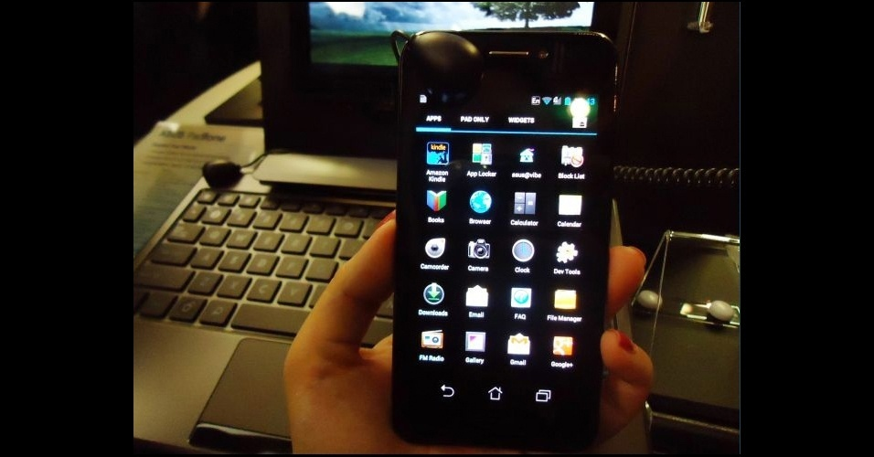 28.fev.2012 - O smartphone Padfone, da Asus, foi criado para uso conjunto com tablets da Asus -- basta um chip para poder utilizar os dois dispositivos. O telefone da marca taiwanesa tem características muito parecidas com o do Samsung Galaxy S II: tela de 4,3 polegadas (super Amoled e com tela Gorila Glass), processador dual-core e câmera traseira de 8 megapixels