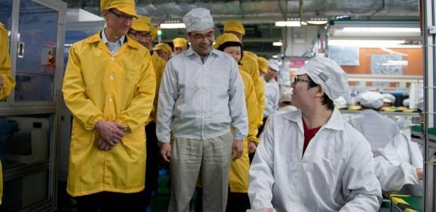29.mar.2012 - Tim Cook (E), diretor-executivo da Apple, visita instalações da Foxconn (uma das fábricas responsáveis por produzir os eletrônicos da marca) em Zhengzhou, na China