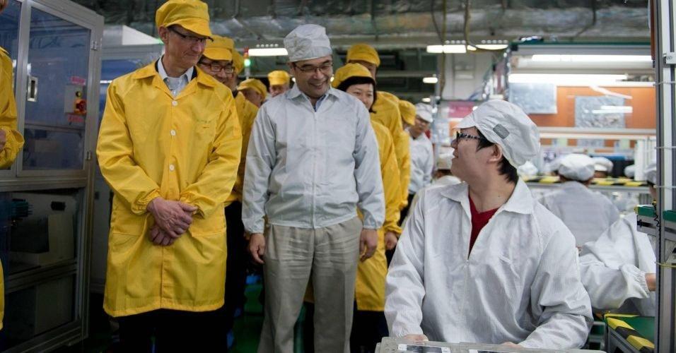 29.mar.2012 - Tim Cook (E), diretor-executivo da Apple, visita novas instalações da Foxconn (uma das fábricas responsáveis por produzir os eletrônicos da marca) em Zhengzhou, na China. Cook está na China desde o início da semana e foi até a fábrica da Foxconn para conhecer uma nova divisão que ficará incumbida de fabricar iPhones