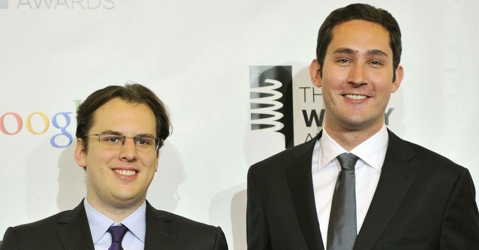 21.maio.2012 - Realizado anualmente nos Estados Unidos, o &#34;Webby Awards&#34; &#233; considerado o &#34;Oscar da Internet&#34;. Na edi&#231;&#227;o de 2012, o Instagram ganhou na categoria revela&#231;&#227;o do pr&#234;mio. Na imagem, o brasileiro Mike Krieger (e) e Kevin Systrom (d), fundadores do Instagram, recebem pr&#234;mio durante a cerim&#244;nia realizada em Nova York 