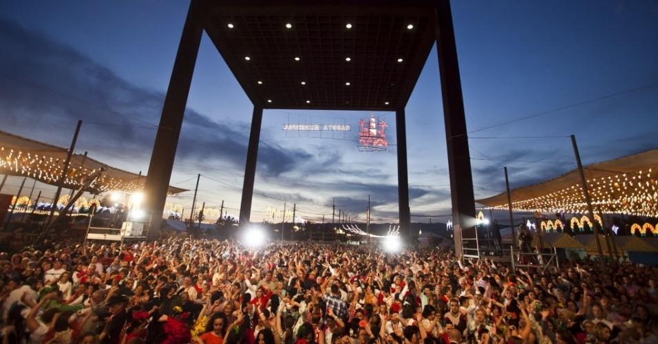 21.mai.2012 - Setecentos e oitenta pares se uniram em Córdoba, na Espanha, para bater o recorde mundial do Guinness