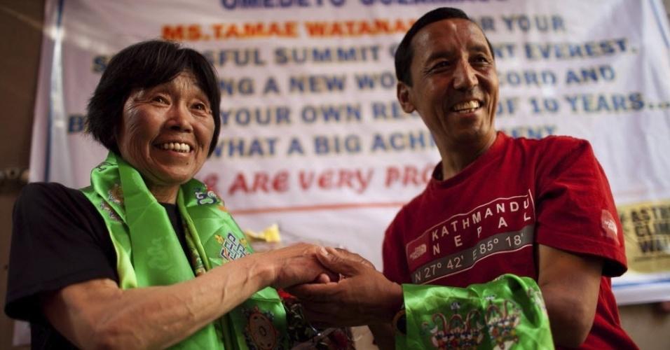 25.mai.2012 - A japonesa Tamae Watanabe, 73, é homenageada em Katmandu, Nepal, após receber o recorde mundial do Guinness por ser a pessoa mais velha a percorrer 8.848 metros do Everest