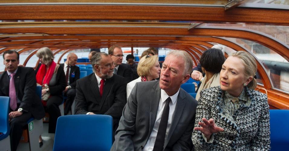 31.mai.2012 - A secretária de Estado dos Estados Unidos, Hillary Clinton, conversa nesta quinta (31) com o ministro dinamarquês das Relações Exteriores, Villy Sovndal, durante passeio de bote pelo centro de Copenhague, na Dinamarca