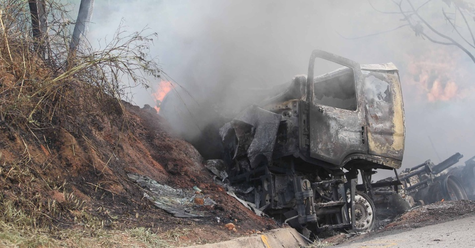 31.mai.2012 - Caminhão-tanque pega fogo na rodovia BR 101 nesta quinta-feira (31), no Rio de Janeiro, após tombar na altura do km 152. O motorista foi levado para o hospital público de Macaé