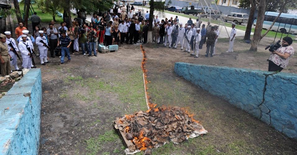 31.mai.2012 -  Centenas de barbatanas de tubarão confiscadas de pescadores pela marinha hondurenha são incineradas nesta quinta-feira (31), em Tegucigalpa. O país criou em 2011 o primeiro santuário de tubarões do mundo