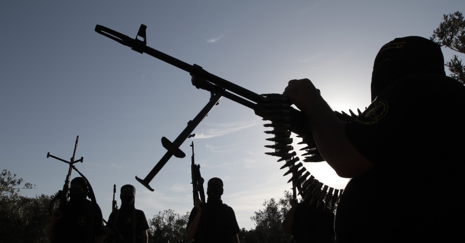 31.mai.2012 - Combatentes da Jihad Islâmica Palestina participam de treinamento militar na cidade de Rafah, na Faixa de Gaza