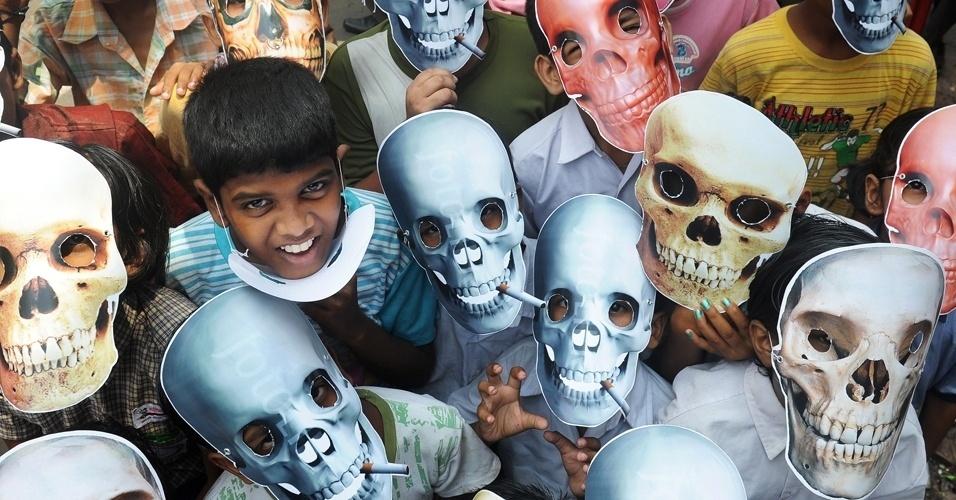 31.mai.2012 - Crianças vestem máscaras que mostram os rostos dos fumantes como uma caveira durante campanha no Dia Mundial sem Tabaco na Índia. A iniciativa foi criada pela Organização Mundial de Saúde (OMS) para mostrar os malefícios do cigarro para a saúde